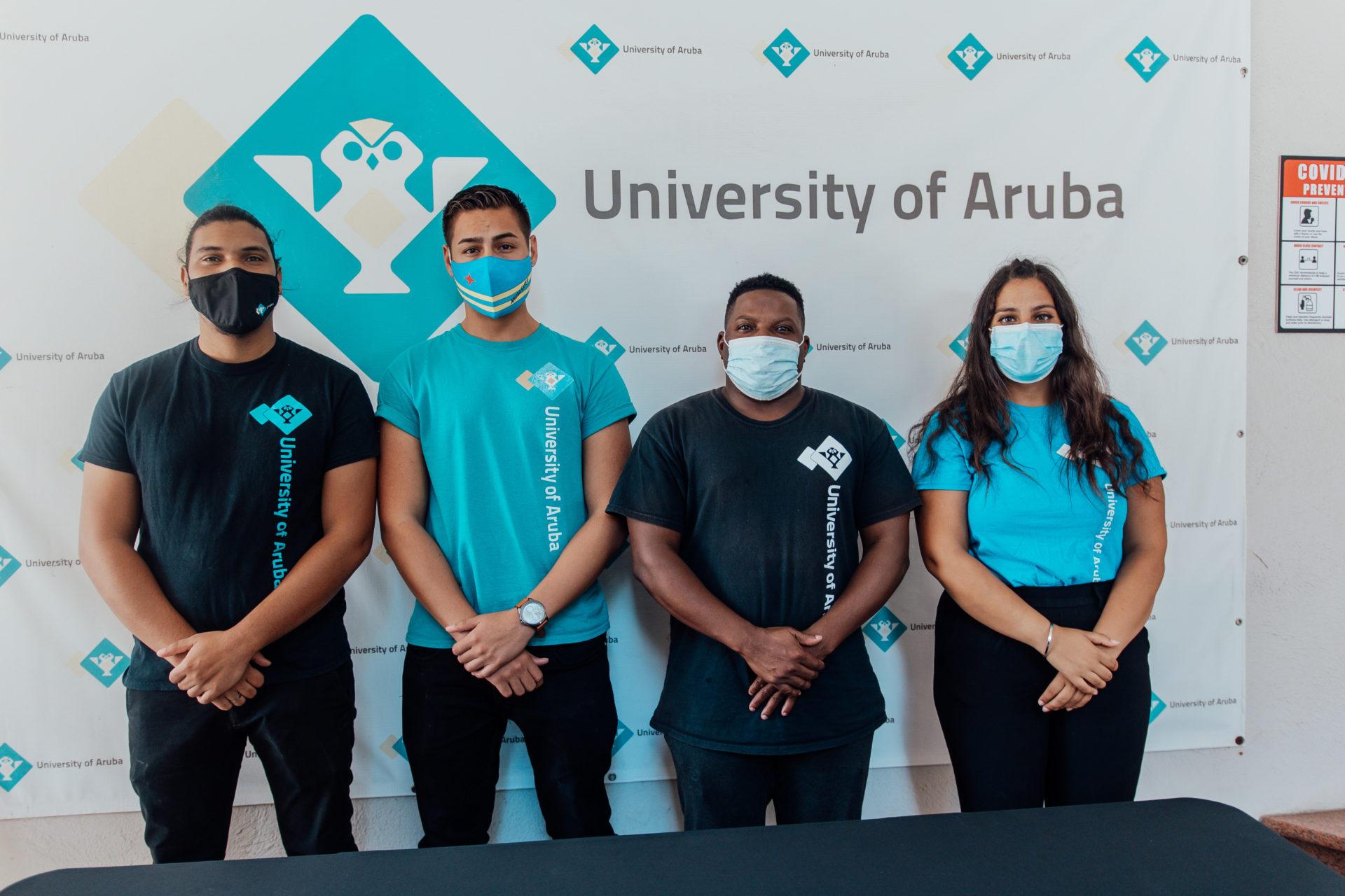 E studiantenan di Universidad di Aruba cu rifa pa yuda Fundacion Pa Nos Comunidad