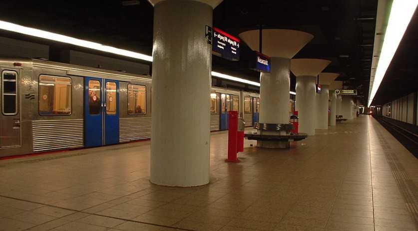 Amsterdam ta prohibi aviso na stacion di metro cu ta promove vuelonan barata y auto di combustibel fossiel
