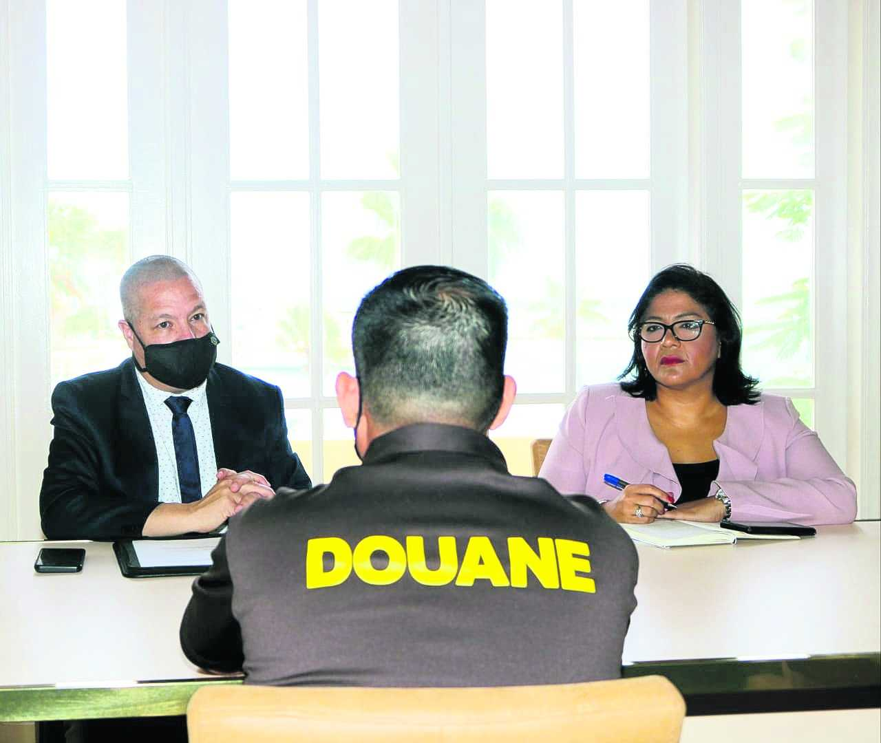 Riba proposicion di Ministernan Andin Bikker y Xiomara Maduro: Conseho di Minister a bay di acuerdo pa restaura autoridad adicional na personal di Aduana