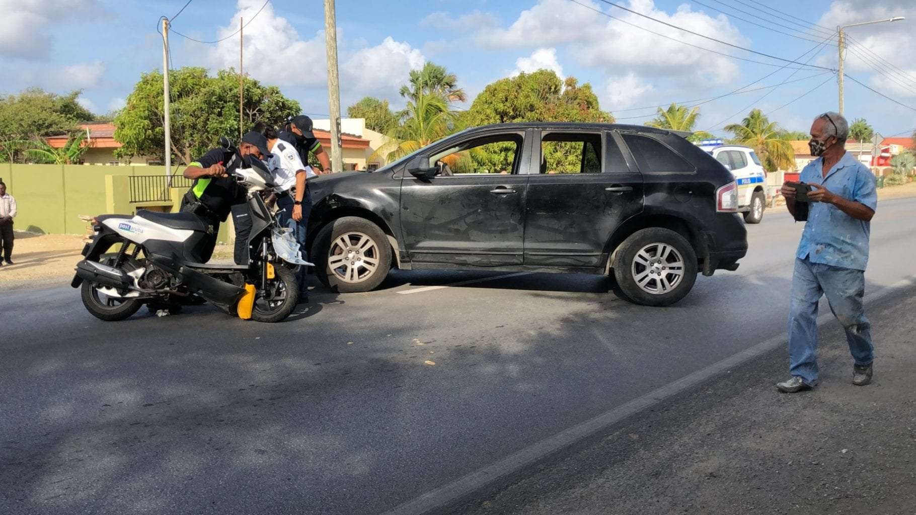 SUV a dal den scooter di post heridando motociclista