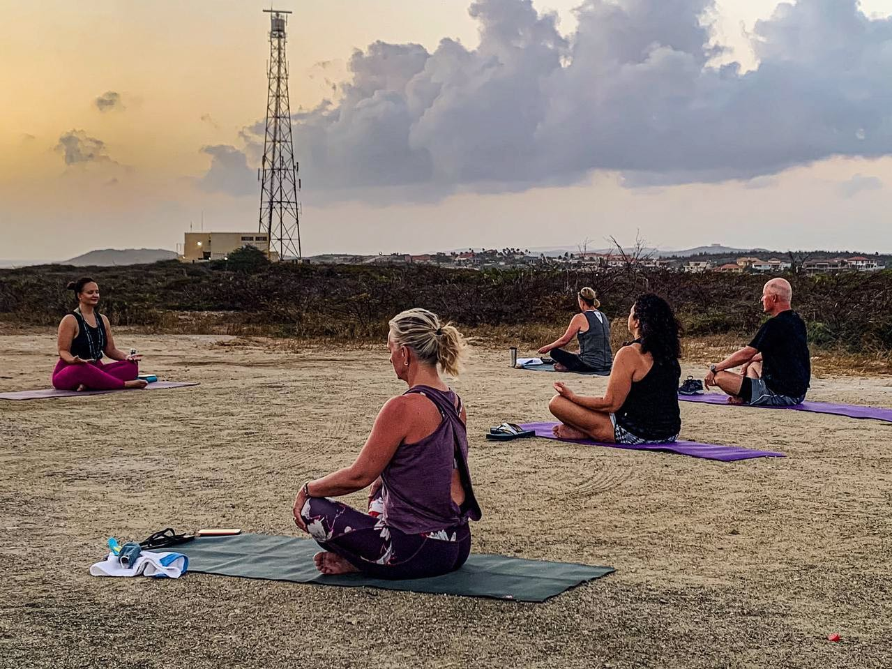 Ban relaha mama cu e 'Mother's Day Sunrise Yoga' diasabra awo