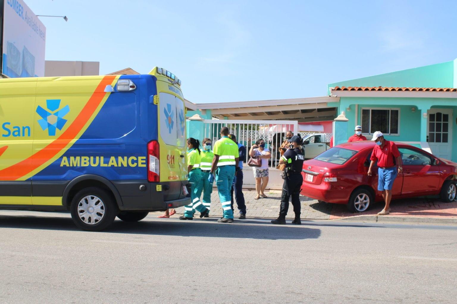 Chauffeur a perde control di auto y pega den muraya