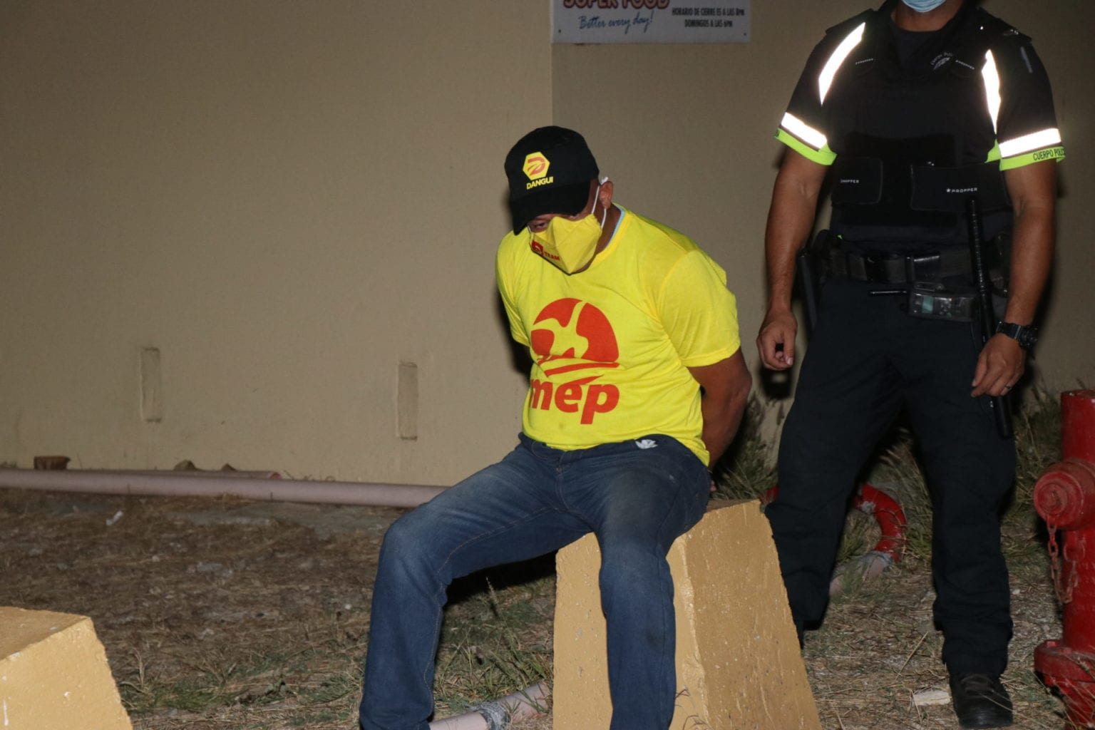 Homber intoxica deteni den area di hotel