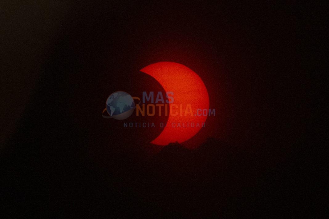 Mundo a mira eclipse solar