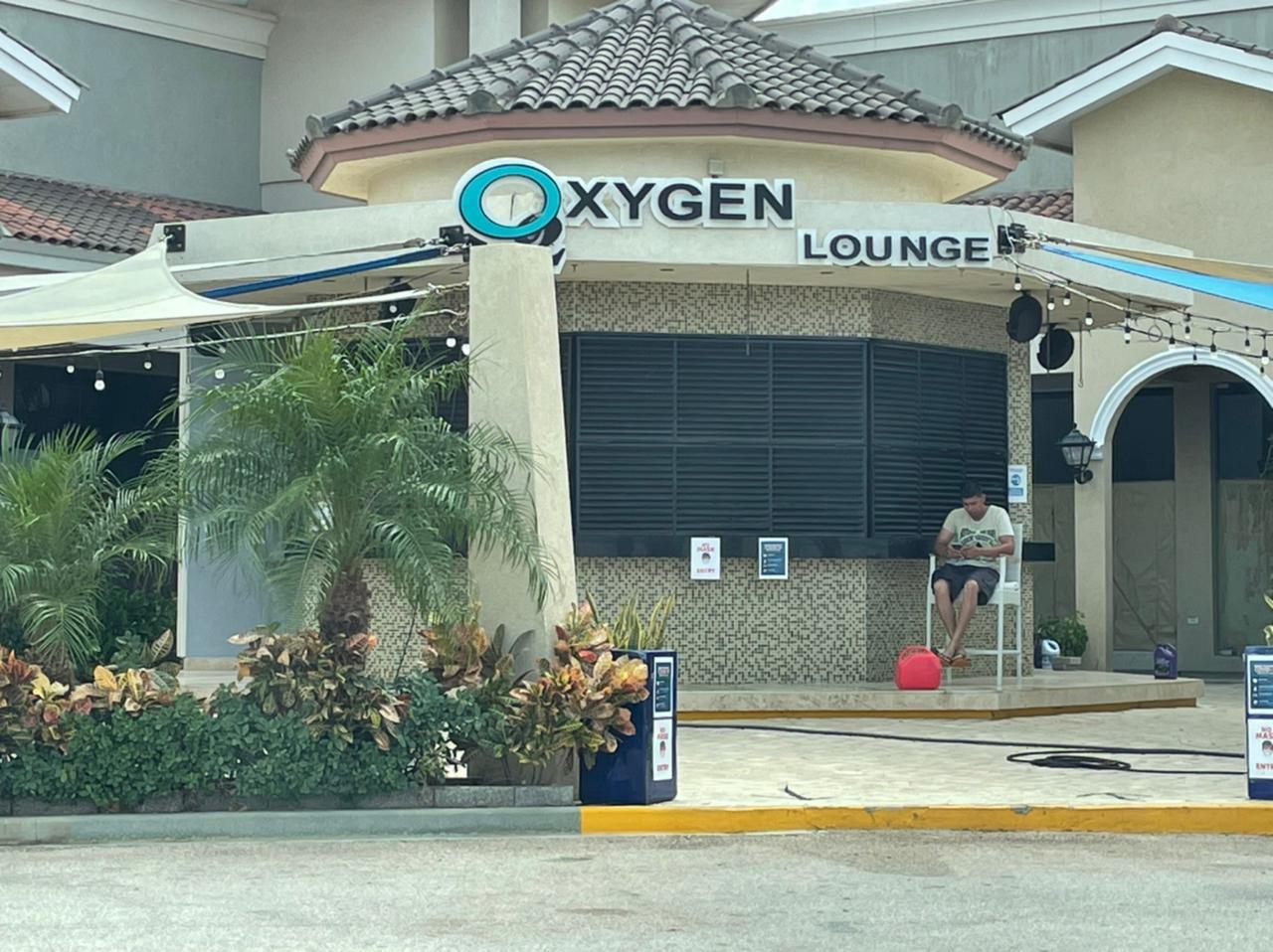 E ta deteni: Doño di Oxigen Lounge a estafa turistanan cliente