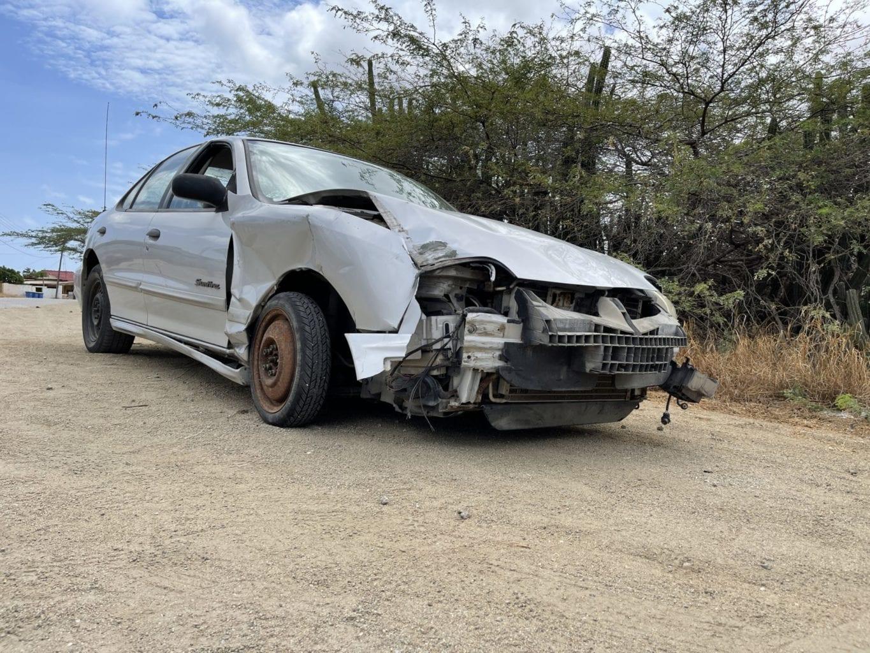 Chauffeur a accidenta y laga auto atras