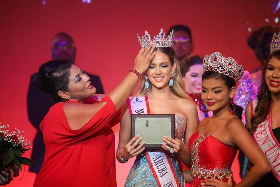 Minister Maduro a corona Miss Teen Aruba International