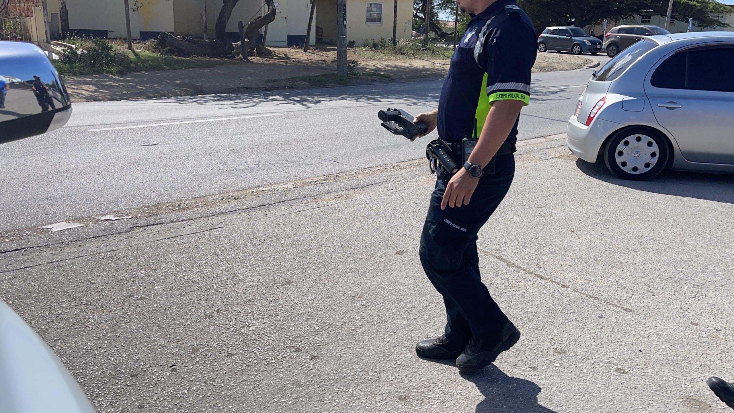 Menasa cu arma a bay robes den Santa Cruz