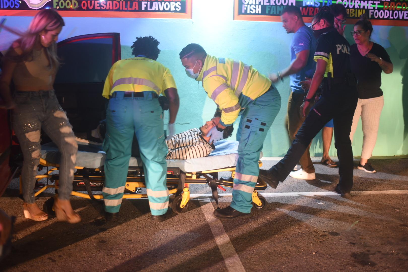 Accidente straño: Chauffeur ta bay dal riba muraya den parkinglot