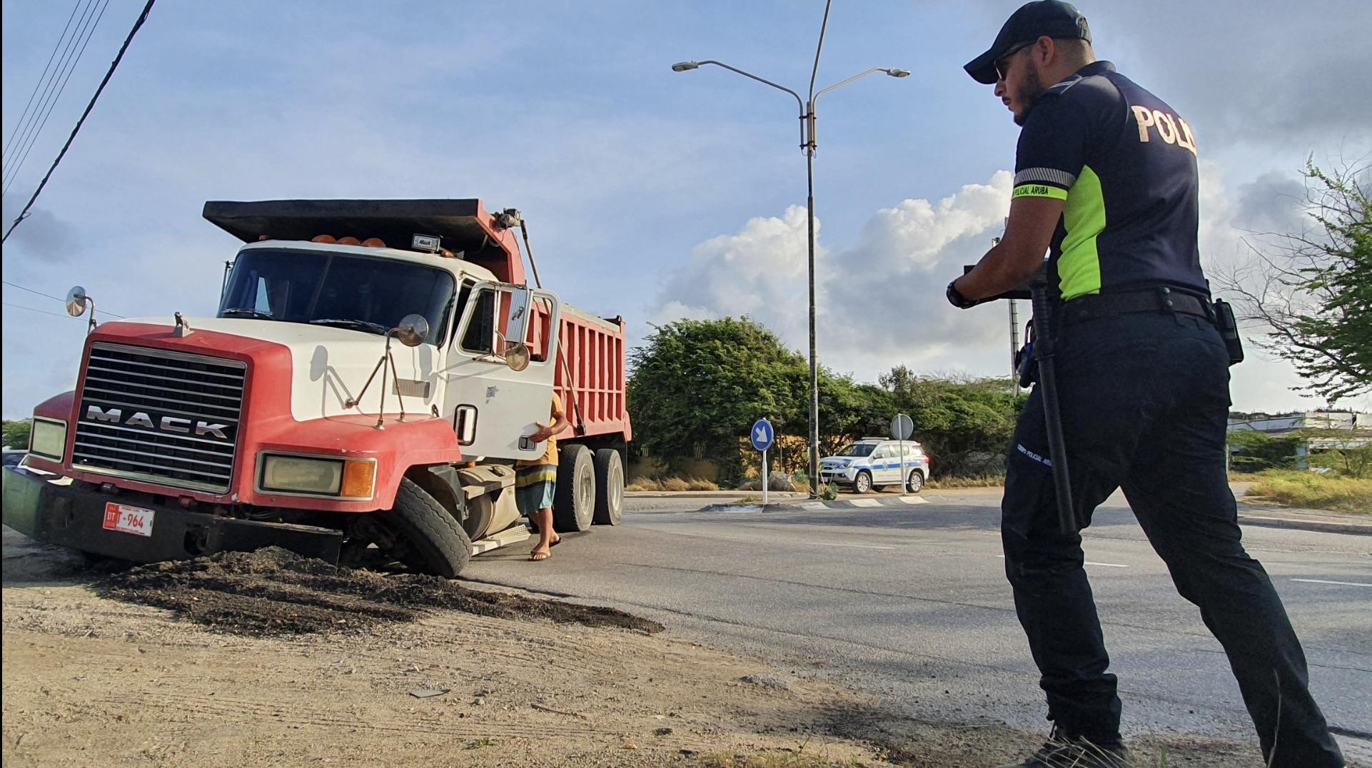 Trafico a pega pisa: Truck a kibra na crusada di Macuarima