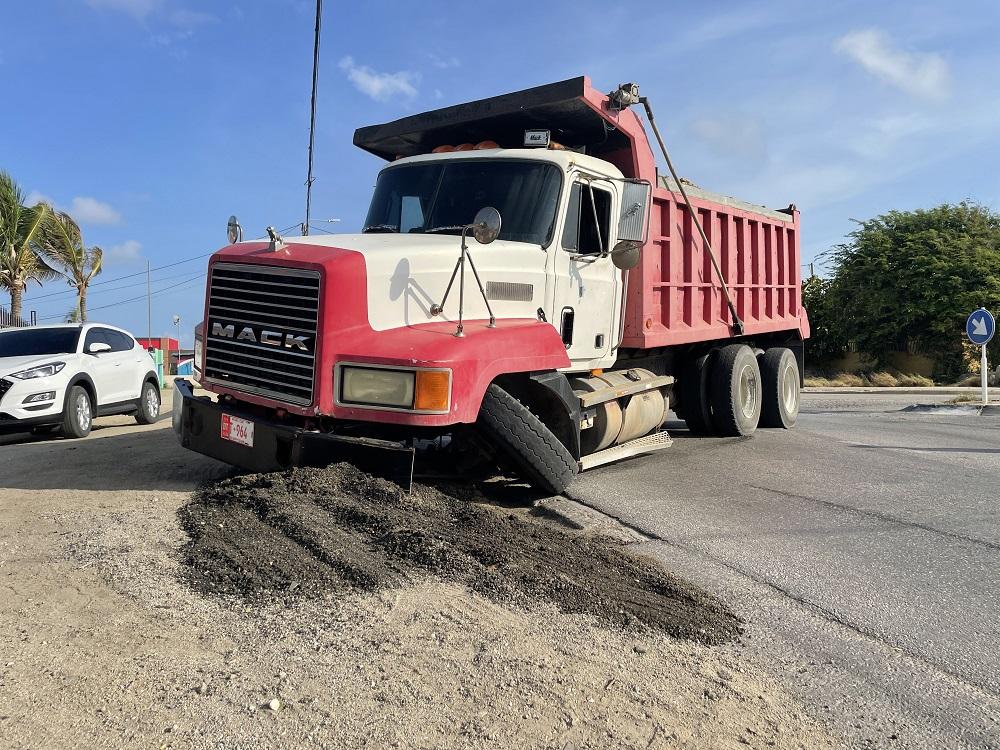 Wielnan di truck carga cu santo a kibra memey di caminda pegando trafico formalmente