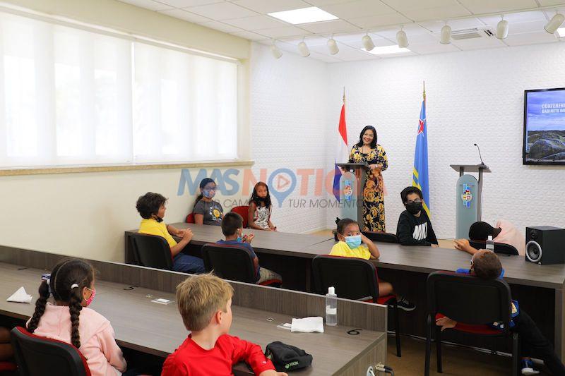 Minister Xiomara Maduro: Muchanan di Kids@Work Camp a bishita bestuurskantoor y cera conoci un tiki di e trabao di gobierno