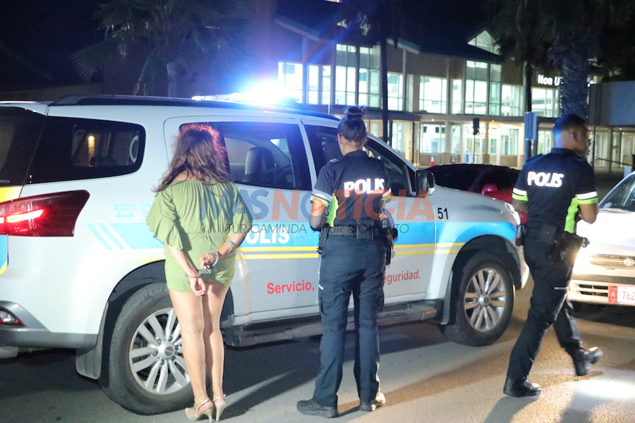 Señora basta bebi coriendo auto a keda deteni dilanti Airport